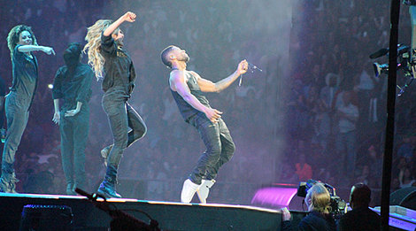 Usher 'drips' sexy all over the stage at RodeoHouston